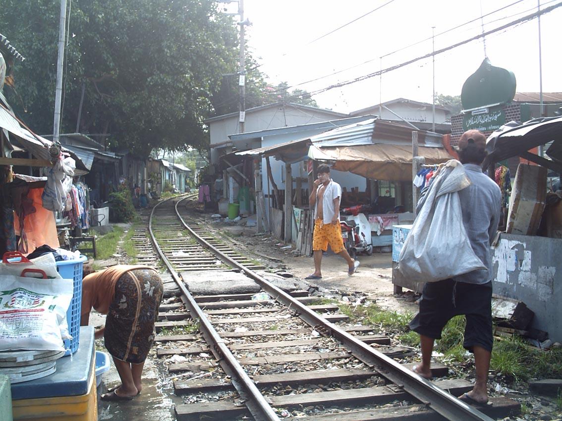 Habitations le long de la voie ferrée à Bangkok