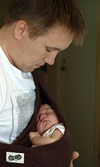 Patrik Hägglund avec son fils Hannes de 4 jours
