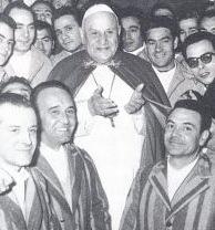 Le saint pape Jean XXIII rend visite à des prisonniers