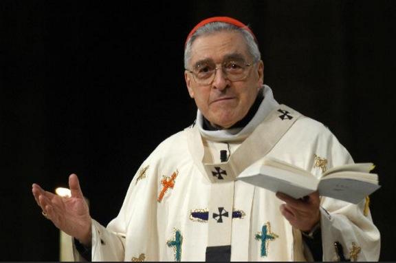 Le cardinal à Notre-Dame de Paris avec la chasuble que Jean-Paul II portait aux JMJ