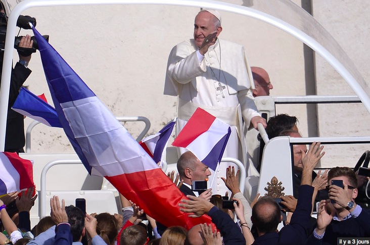 Le pape avec des pélerins français lors de la canonisation des époux Martin