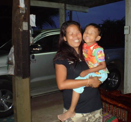 Une femme de Pattaya, venue exceptionnellement voir son fils en province grâce à l'argent d'un client. Sans apporter d'argent, elle ne peut pas rendre visite à sa famille, qui vit pourtant dans des conditions très confortables.