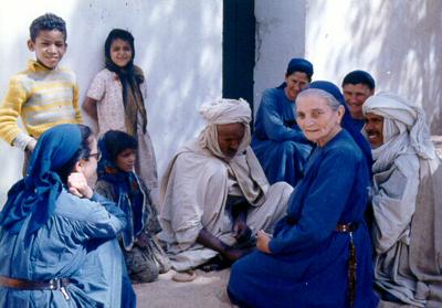 Petite sœur Madeleine, fondatrice des petites sœurs de Jésus, avec ses amis bédouins